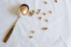 Wielkanoc: miejsca położenie, elegancki złoto i biały jajko na łyżce, Zdjęcie Royalty Free