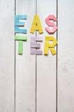 Wielkanoc składał papierowego origami kolorowego literowanie na białym drewnianym deska wieśniaka tle Obraz Royalty Free