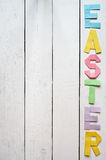 Wielkanoc składał papierowego origami kolorowego literowanie na białym drewnianym deska wieśniaka tle Zdjęcie Stock