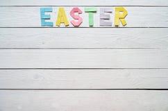 Wielkanoc składał papierowego origami kolorowego literowanie na białym drewnianym deska wieśniaka tle Obraz Stock