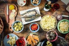 Wielkanoc stół, Świąteczna funda, przyjęcie, przekąska, różni naczynia, seaf obraz royalty free