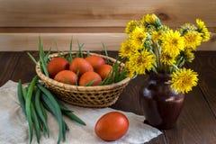 Wielkanoc stół z farbującymi jajkami Zdjęcia Stock