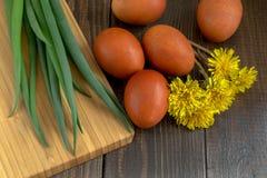 Wielkanoc stół z farbującymi jajkami Obrazy Stock