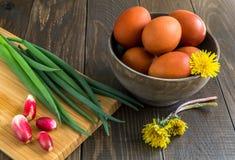 Wielkanoc stół z farbującymi jajkami Obrazy Royalty Free