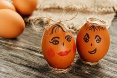 Wielkanoc Surowi jajka w łęku na parciaku na drewnianym stole Zdjęcie Royalty Free