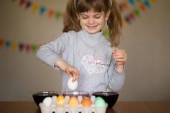wielkanoc szczęśliwy Małych dziewczynek malarzi malujący jajka Dzieciaka narządzanie dla wielkanocy ręka malująca Palcowa farba S zdjęcia royalty free