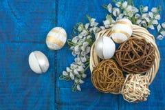 wielkanoc szczęśliwy Jajka na drewnianym stołowym tle Piłki, wianek wyplatający od winogradów Odbitkowa przestrzeń dla teksta wie Obrazy Stock