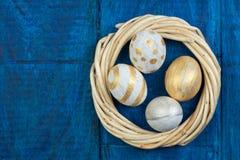 wielkanoc szczęśliwy jajka odizolowywający na drewnianym stołowym tle Piłki, wianek wyplatający od winogradów Odbitkowa przestrze Obrazy Royalty Free