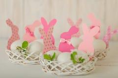 wielkanoc szczęśliwy Wystrój Wielkanocni jajka w małych białych koszach obrazy royalty free