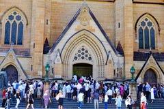 Wielkanoc Tłoczy się Outside St ` s Maryjną katedrę, Sydney, Australia Zdjęcie Royalty Free