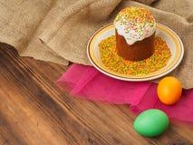 Wielkanoc tort, ceramiczny puchar z kolorowym cukierki proszkiem i Easter, barwiliśmy jajko Rosjanin i kniaź, ortodoksyjny slavic Fotografia Stock
