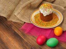 Wielkanoc tort, ceramiczny puchar z kolorowym cukierki proszkiem i Easter, barwiliśmy jajko Rosjanin i kniaź, ortodoksyjny slavic Obrazy Stock