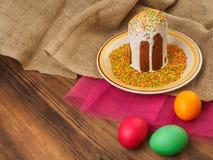 Wielkanoc tort, ceramiczny puchar z kolorowym cukierki proszkiem i Easter, barwiliśmy jajko Rosjanin i kniaź, ortodoksyjny slavic Fotografia Royalty Free