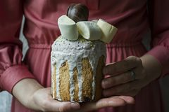 Wielkanoc, wielkanoc tort dekorowa? z czekolad? i marshmallows Kulich w ?e?skich r?kach Tradycyjny Kulich, Wielkanocny chleb Wios obraz royalty free