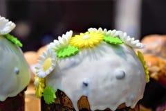 Wielkanoc tort, dekorujący wierzchołek babeczka dla wakacje wielkanoc, zdjęcie stock