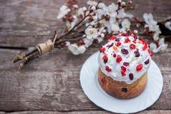 Wielkanoc tort garnirujący z wysuszonymi wiśni i cranberries stojakami na drewnianym stole, kłamstwa blisko bukieta kwitnienie fotografia stock