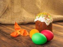 Wielkanoc tort i Easter barwiliśmy jajko z suchym kwiatem Rosjanin i kniaź ortodoksyjni, slavic tradycyjny Wielkanocny kulich dal Obraz Stock