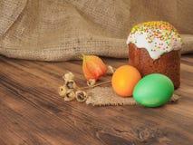 Wielkanoc tort i Easter barwiliśmy jajko z suchym kwiatem Rosjanin i kniaź ortodoksyjni, slavic tradycyjny Wielkanocny kulich dal Obrazy Royalty Free