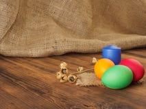 Wielkanoc tort i Easter barwiliśmy jajko z suchym kwiatem Rosjanin i kniaź ortodoksyjni, slavic tradycyjny Wielkanocny kulich dal Zdjęcia Stock