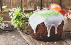Wielkanoc tort i malujący jajka, wiosna skład na drewnianym stole Obraz Royalty Free