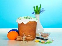 Wielkanoc tort, jajka, pikantność, waza z kwiatami obrazy royalty free