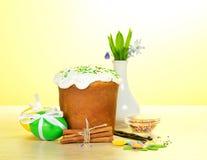 Wielkanoc tort, jajka, pikantność, waza z kwiatami obraz royalty free