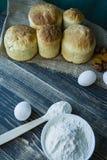 Wielkanoc tort na ciemnym tle ?wiezi torty z wysuszonymi owoc Proces gotowa? wielkanoc tort Widok od strony zdjęcie royalty free