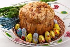 Wielkanoc tort rosjanin i Ukrai?ski Tradycyjny Kulich -, Pasek wielkanocy chleb Selekcyjna ostro?? zdjęcia stock