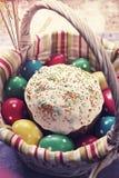 Wielkanoc tort w koszu i polek kropek jajkach Obrazy Stock