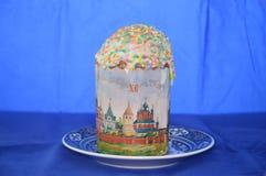 Wielkanoc tort w spodeczku na błękitnym tle Obrazy Royalty Free