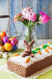 Wielkanoc tort z Easter królikiem fotografia royalty free