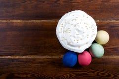 Wielkanoc tort z jajkami wokoło nad drewnianym tłem zdjęcie royalty free