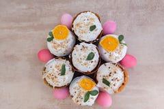 Wielkanoc, wielkanoc tort z powikłanym składem, piękna sceneria, wysuszone owoc Fotografia Royalty Free