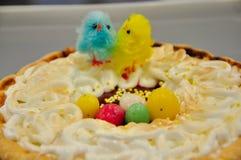 Wielkanoc tort z uroczy kurczaki zdjęcie royalty free