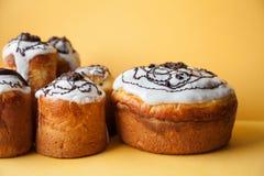 Wielkanoc tortowego chrystianizmu religii wakacyjny śniadanio-lunch, domowej roboty piec deser na żółtym tle Obraz Stock