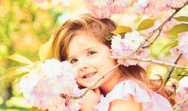 Wielkanoc Twarz i skincare alergia kwiaty Lato dziewczyny moda szcz??liwego dzieci?stwa Wiosna prognoza pogody Ma?y zdjęcia stock