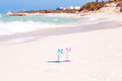 Wielkanoc, Wielkanocni jajka na plaży, ocean i morze, Zdjęcia Royalty Free