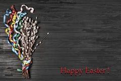 Wielkanoc, Wielkanocni symbole, wierzba, kolorowi faborki, czarny backgrou obrazy royalty free