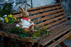 Wielkanoc Wielkanocny królik na ławce Zdjęcia Stock