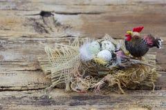 Wielkanocna dekoracja - jajka w gniazdeczku i ptakach zdjęcia royalty free