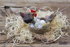 Wielkanocna dekoracja - jajka w gniazdeczku i ptakach fotografia royalty free