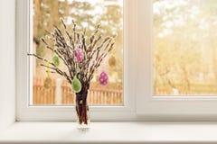 Wielkanocna dekoracja - jajka wiesza w kici wierzbie rozgałęziają się zdjęcie stock