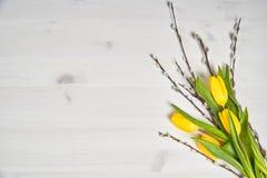 Wielkanocna dekoracja tulipany i bazie na drewnianym stole Fotografia Royalty Free