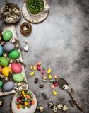 Wielkanocna dekoracja z jajkami i cukierkami Zmrok tonujący Fotografia Royalty Free