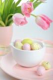 Wielkanocna dekoracja z jajkami i pięknymi różowymi tulipanami Obrazy Stock
