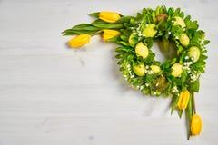 Wielkanocna dekoracja z jajkami i tulipanami na białym stole Zdjęcie Stock