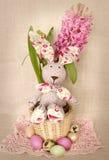 Wielkanocna dekoracja z królikiem w koszu, jajkach i wiosna hiacyntowym kwiacie, Zdjęcia Stock