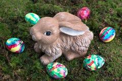 Wielkanocna dekoracja: Malujący królik na mech i jajka Obraz Stock