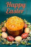 Wielkanocna inskrypcja na tle z Wielkanocnymi jajkami i chlebem, wierzba rozgałęzia się obrazy stock