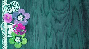 Wielkanocna karta na tle b??kitny drewno z kwiatami i dekoracj?, fotografia stock